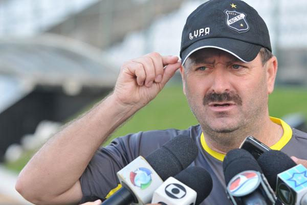 Leandro Campos deve manter o esquema com três zagueiros
