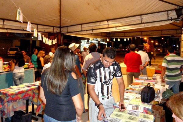 Público confere variedade de folhetos na feira em frente ao IFRN