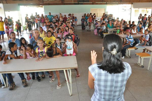 Escola Celestino Pimentel acolheu alunos, mas não sabe quando aulas devem começar