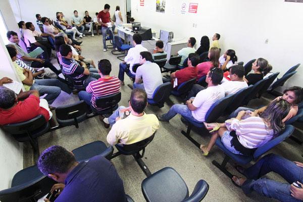 Espera para ser atendido chega a ser de até quatro horas. As salas de espera ficam lotadas e usuários reclamam da desorganização