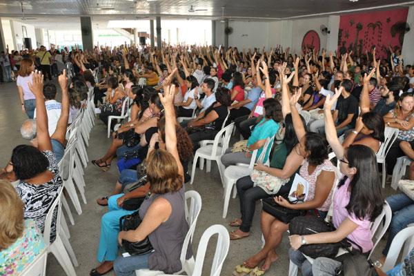 Assembeia da categoria adiou greve do município que iniciaria nesta segunda-feira. Eles se unem ao movimento nacional