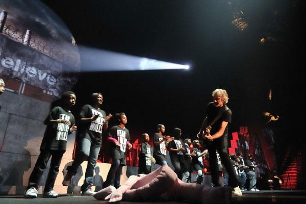 Roger Waters conduz ópera em Santiago: The Wall era para ser hoje uma velharia, mas ressurge atualíssima