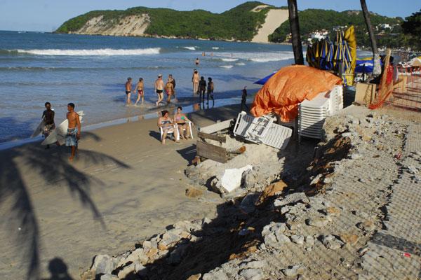 Calçadão da praia de Ponta Negra foi destruído devido à força do mar.  As obras paliativas devem custar aos cofres da Prefeitura cerca de R$400 mil