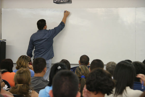 Salário-base de professores teve reajuste de 22% este ano