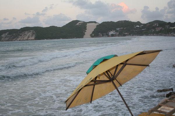Ontem, na maior maré registrada este ano, as águas chegaram até o calçadão de Ponta Negra
