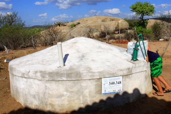 Técnicas como a utilização de dessalinizadores, a filtração domiciliar, a moringa e a utilização de Aguapé são utilizadas para suprimento de populações rurais difusas