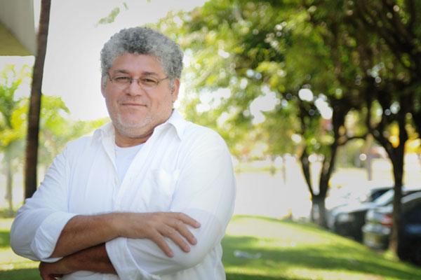 Carlos de Souza viaja pela vida da província com seu personagem Jonas Camarão, um trabalhador rural que virou empresário