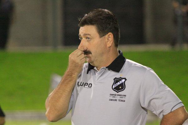 Técnico Leandro Campos terá a oportunidade de ver, no Barradão, jogo do futuro adversário do ABC
