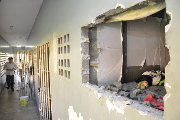Buraco feito pelos presos deverá ser fechado agora com tijolos e cimento, segundo determinação