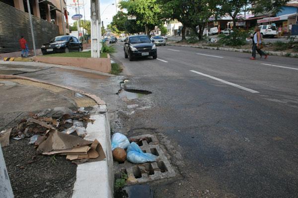 Plástico, papelão e detritos se acumulam na grades de proteção do sistema de drenagem  prejudicando o escoamento das águas