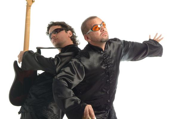 Guitarrista Edu Gomez e o cantor e poeta Carito Cavalcanti misturam rock progressivo com letras poéticas