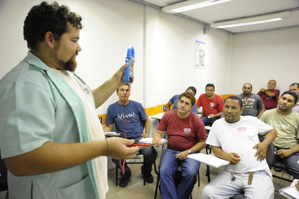 O curso de eletricista é um dos oferecidos para os que visam uma vaga no complexo ou fora dele
