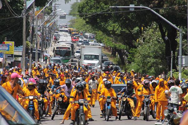 Passeata de protesto fechou trânsito nas ruas da cidade