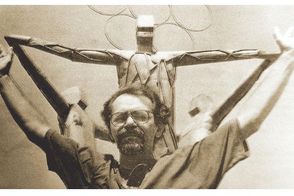 Manxa em frente a uma de suas esculturas mais famosas, que acabou sendo demolida