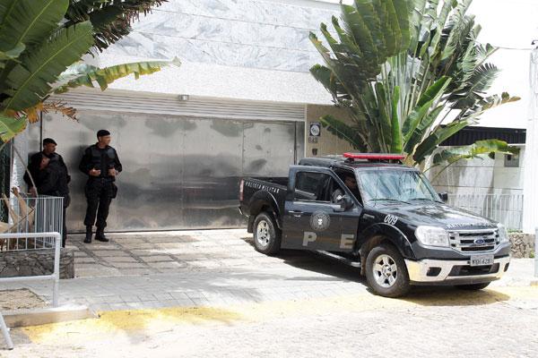 A escolta feita por policiais do Bope à residência do casal acusado de desvio de recursos do TJRN, é em regime permanente e initerrupto. A decisão judicial não restringe o acesso de visitas