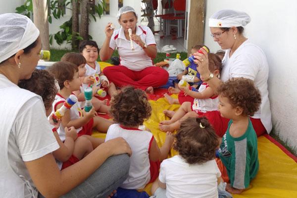 Crianças se divertem e aprendem durante as aulas de música