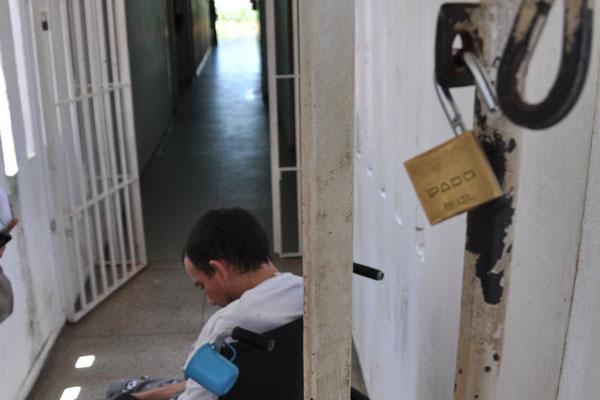 O detento F.C.A. já tem o direito de sair do presídio. Espera apenas um familiar para buscá-lo