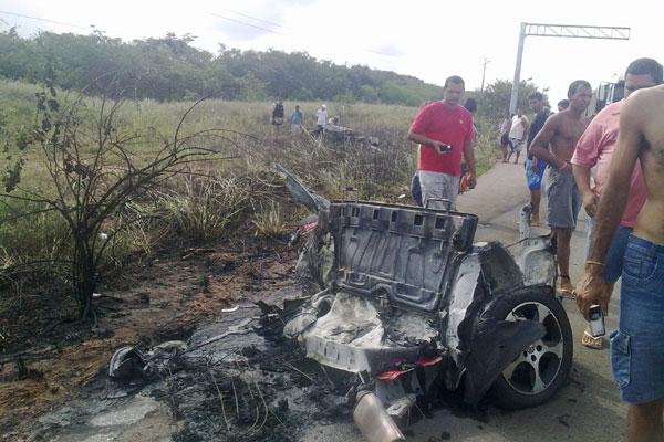 Carro ficou completamente destruído após acidente