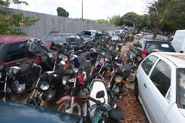 Carros e motos se amontoam em pátio do Detran devido a problema na quitação de documentos