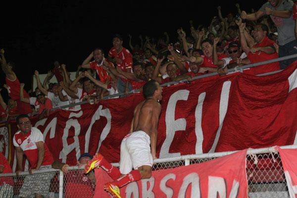 Após o gol, Pingo comemora, semcamisa, junto aos torcedores