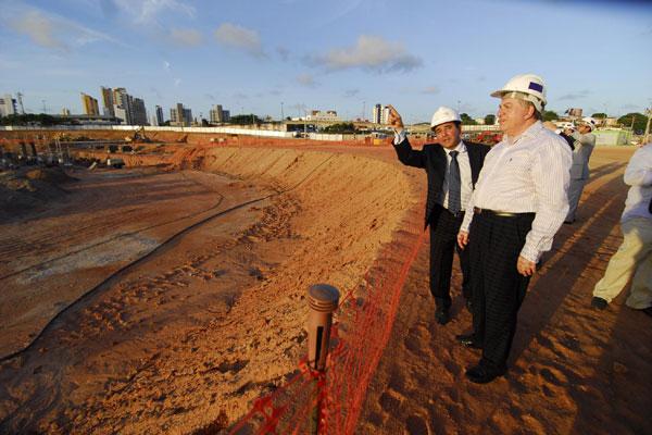 Ministro do TST, João Oreste, visitou obra da Arena das Dunas na ocasião do lançamento da campanha de segurança no trabalho