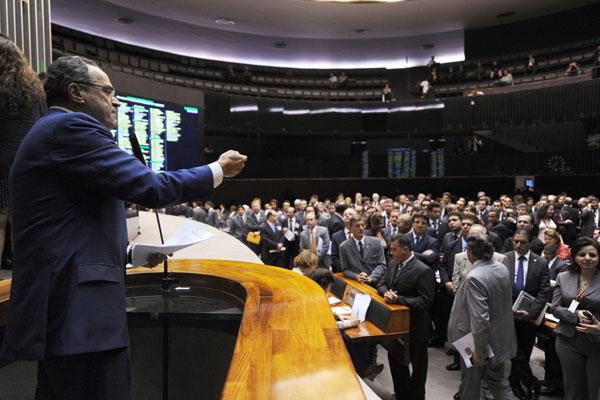 Henrique Eduardo Alves recebe o apoio dos demais integrantes da Câmara dos Deputados durante pronunciamento