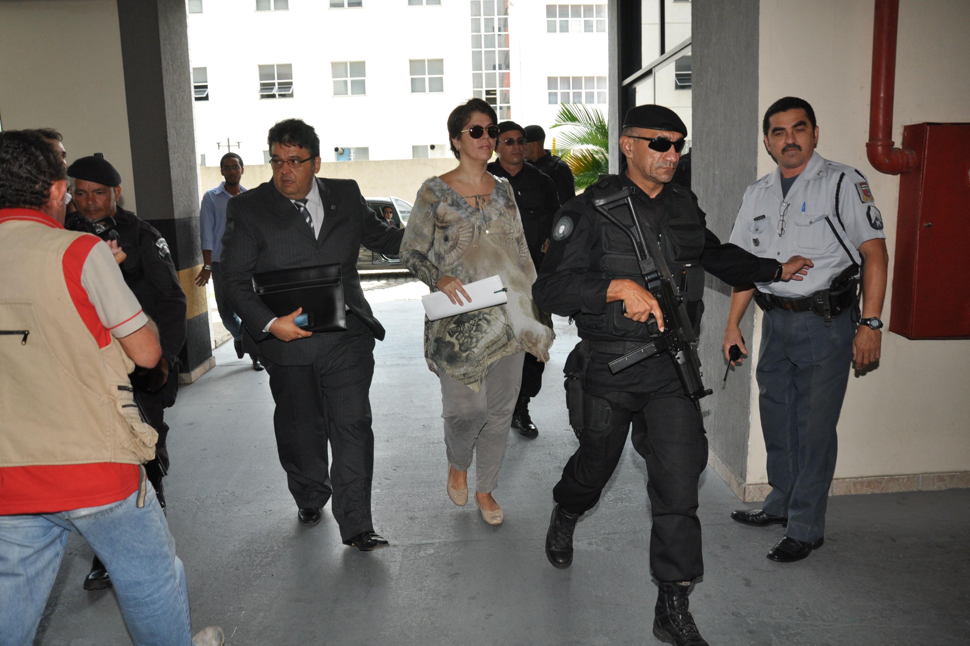 Carla Ubarana e George Leal chegaram ao Fórum Miguel Seabra de Fagundes sob escolta policial