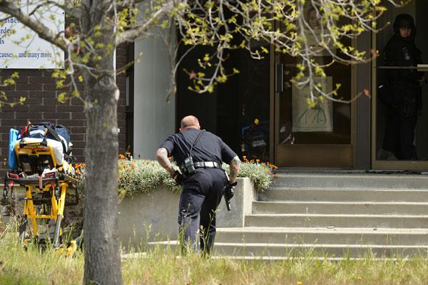 Policial faz busca em prédio da universidade Oikos, onde ocorreu mais um crime em sala de aula