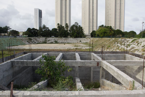 Em Capim Macio obra abandonada começa a desgastar material