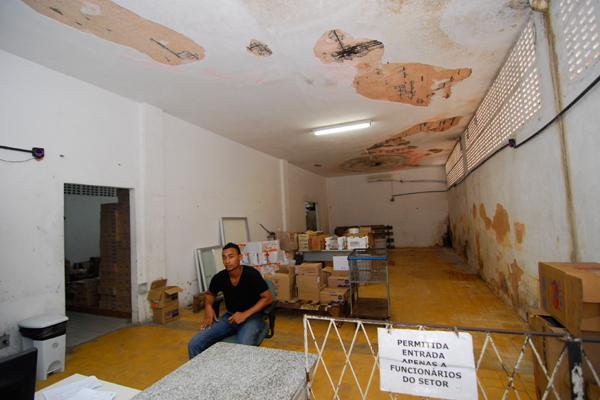 O setor de almoxarifado do hospital denuncia parte dos problemas: vazamentos, paredes descascadas e piso molhado compõem o cenário