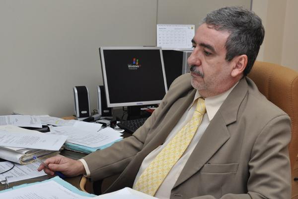 Juiz Henrique Baltazar cobra que Sejuc tape vala aberta ao lado do pavilhão