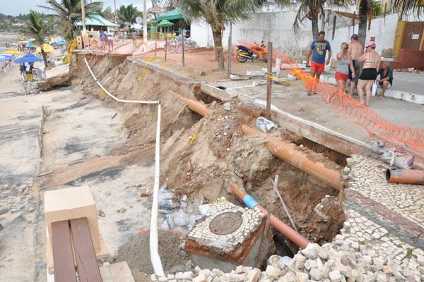 Comerciantes temem que a próxima maré alta agrave ainda mais a destruição do passeio público