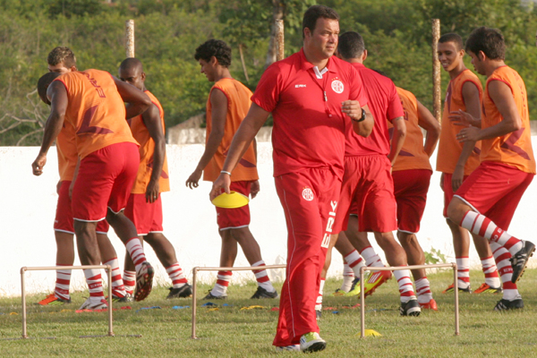 Técnico Roberto Fernandes lamenta não poder trabalhar o grupo completo na semana de preparação