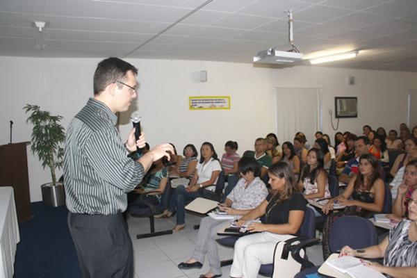 Professor Igor Paim fala para um grupo de educadores sobre perspectiva do Enem na educação