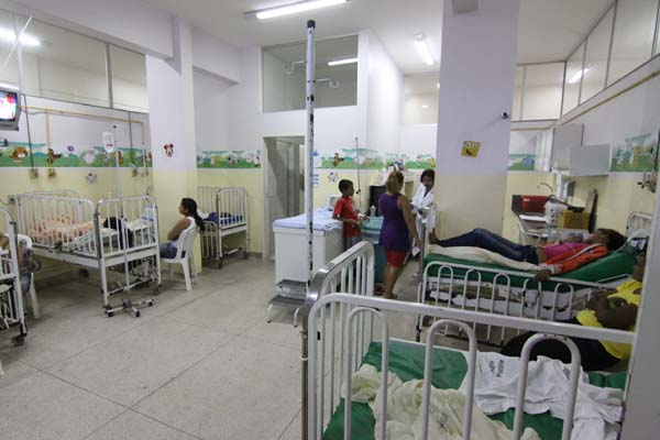 Na pediatria do Hospital Pedro Bezerra, chamado de Santa Catarina, da escala de três médicos, apenas dois estavam no plantão. A informação era de que a servidora atrasada estava chegando