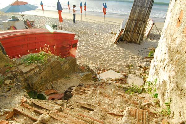 Calçadão destruído e ainda sem recuperação aumenta quadro de abandono da famosa praia