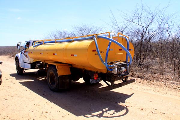 Ministro Fernando Bezerra prometeu regularizar o abastecimento de água por meio de caminhões-pipa, suspenso há 45 dias