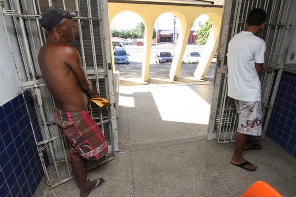Abel e Gustavo, presos no dia anterior, foram algemados ao portão de entrada do Centro de Detenção Provisória da Zona Norte