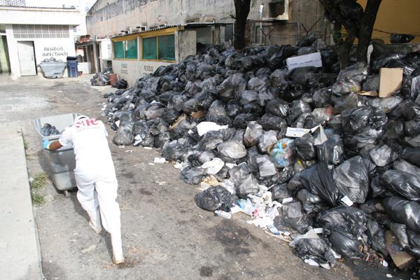 Lixo comum e orgânico está acumulado junto à unidade há pelos menos duas semanas
