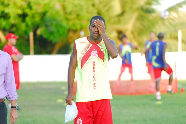 Fabinho deixou o treino sentindo dores na cabeça, mas não deve ser problema para a grande final