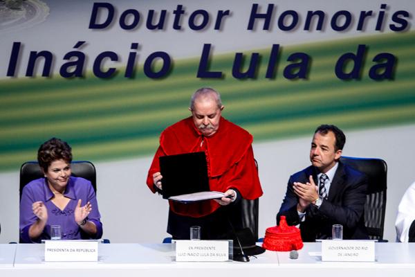 Presidenta Dilma Rousseff (à direita) e governador Sérgio Cabral (à esquerda) aplaudem o ex-presidente Luiz Inácio Lula da Silva