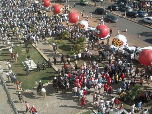 Polícia precisou agir para dispersar torcedores que entraram em confronto em frente ao Frasqueirão