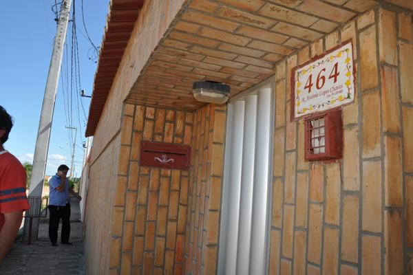 Casa onde mãe e filha foram assassinadas ficou revirada