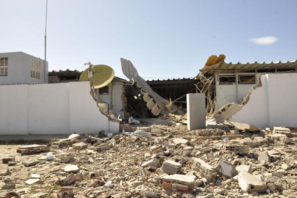 Na parte externa, a destruição da agência chama a atenção. O teto desabou quase que por inteiro com o impacto das explosões
