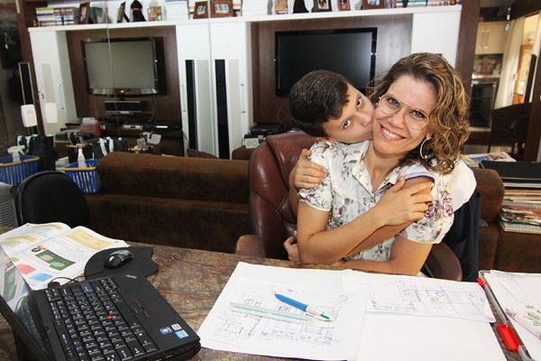 Andréa Cariello, 41, e Pedro. Trabalho em casa, depois que foi mãe, para priorizar o único filho