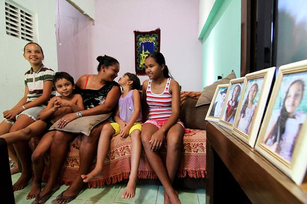 Marinez Silva, 36, com os quatro dos cinco filhos. Contrariando as últimas estatísticas