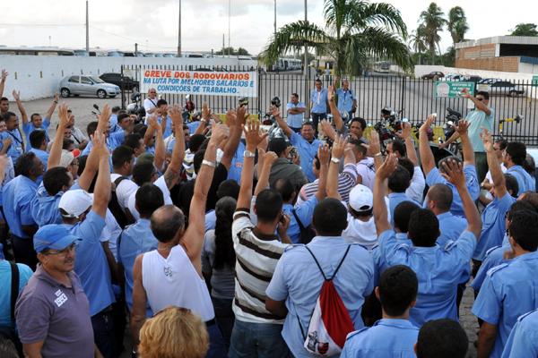 Rodoviários se reuniram em frente à empresa Guanabara na manhã desta quarta
