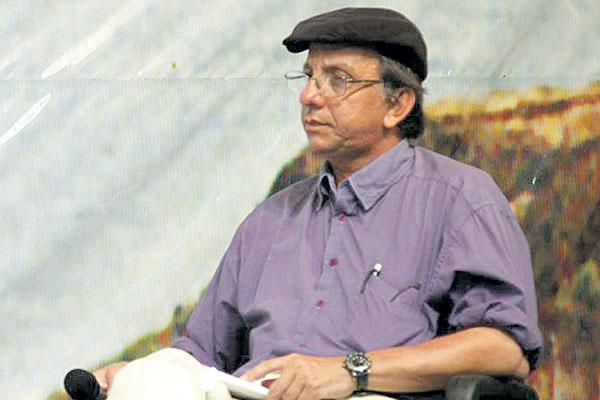O professor João da Mata Costa reúne acervo sobre Dom Quixote e São Jorge, em mostra que integra o projeto Privado é Público.