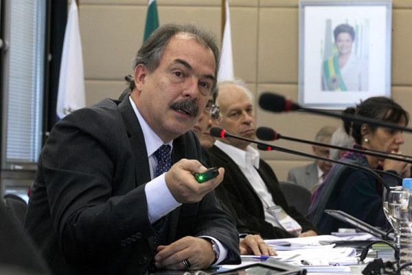 O ministro Aloízio Mercadante  defende a realização de um estudo para analisar o motivo da elevação nas taxas de reprovação no país