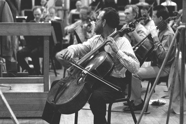 Nascido em Natal, Ítalo Babini foi, por 40 anos, primeiro violoncelista da Sinfônica de Detroit. Na foto, numa participação com a Filarmônica de Londres.